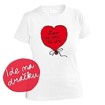 Romantické dievčenské biele tričko s krátkymi rukávmi s potlačou červeného balóna v tvare srdca v ktorom je nápis Lav is in dí ér teda Love is in the air