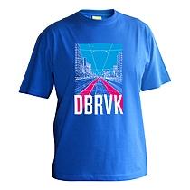 Chlapčenské bavlnené tričko s krátkymi rukávmi, modré s potlačou ulice v Bratislave, Dúbravke s električkovou traťou a nápisom DBRVK