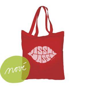 Červená plátená taška na knihy aj zemiaky s potlačou pier s nápisom kiss my ass. Úprimná taška, ktorá vydrží pre celoročné nákupy.